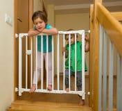 Las pequeñas hermanas acercan a la puerta de la escalera Imagenes de archivo