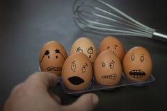 Las pequeñas historias divertidas del huevo de Pascua, dan caras exhaustas con la expresión imágenes de archivo libres de regalías