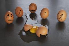Las pequeñas historias divertidas del huevo de Pascua, dan caras exhaustas con la expresión fotografía de archivo