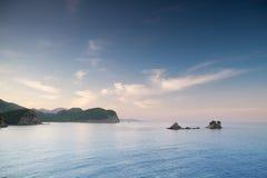 Las pequeñas islas en Petrovac aúllan, mar adriático Foto de archivo libre de regalías