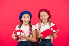 Las pequeñas muchachas lindas recibieron los regalos de vacaciones Traiga la felicidad a los niños Los mejores regalos para los n imágenes de archivo libres de regalías