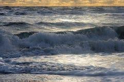 Las pequeñas ondas en un mar preocupado ruedan para apuntalar Fotografía de archivo