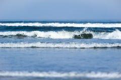 Las pequeñas ondas múltiples se rompen cerca de orilla Fotografía de archivo