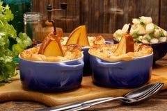 Las peras cocieron en pasta de hojaldre con queso verde y nueces Imagenes de archivo