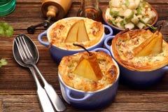 Las peras cocieron en pasta de hojaldre con queso verde y nueces Foto de archivo libre de regalías