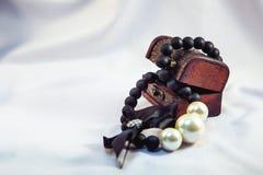 las perlas en el pecho foto de archivo