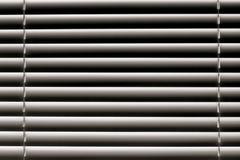 Las persianas horizontales blancas en la ventana crean un rhythm_ Imágenes de archivo libres de regalías