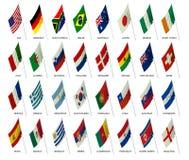 Las personas de fútbol señalan la taza de mundo por medio de una bandera 2010 Imagen de archivo libre de regalías