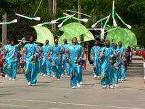Las personas de taladro marchan en el cuarto del desfile de julio Foto de archivo