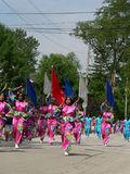 Las personas de taladro marchan en el cuarto del desfile de julio Imagen de archivo libre de regalías