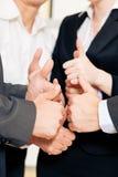 Las personas del asunto manosean con los dedos para arriba Foto de archivo