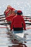 Las personas del Rowing de las mujeres se preparan Imágenes de archivo libres de regalías
