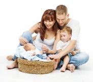 Las personas jovenes de la familia cuatro, padre sonriente miman a dos niños Imágenes de archivo libres de regalías