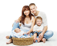 Las personas jovenes de la familia cuatro, padre sonriente miman a dos niños Imagen de archivo libre de regalías