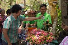 Las personas mayores que riegan la estatua de Buda el día de Songkran, Imagen de archivo libre de regalías