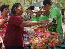 Las personas mayores que riegan la estatua de Buda el día de Songkran, Foto de archivo