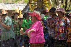 Las personas mayores tailandesas celebran el festival de Songkran o el Año Nuevo tailandés Imágenes de archivo libres de regalías