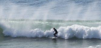 Las personas que practica surf cogen ondas grandes Fotografía de archivo libre de regalías