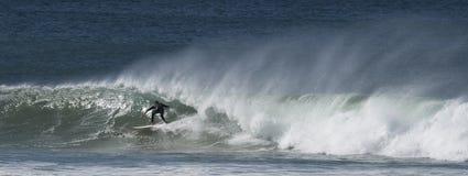 Las personas que practica surf cogen ondas grandes Foto de archivo libre de regalías
