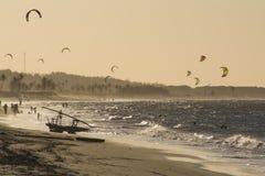 Las personas que practica surf de la cometa en el mar en Cumbuco varan cerca de Fortaleza, el Brasil Foto de archivo libre de regalías