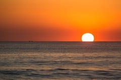 Las personas que practica surf disfrutan de puesta del sol en Nicaragua septentrional Fotografía de archivo