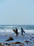 Las personas que practica surf editoriales en zanja aclaran la playa Montauk Nueva York Imágenes de archivo libres de regalías
