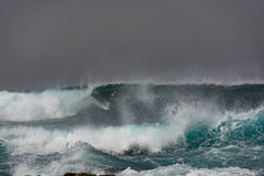 Las personas que practica surf en el océano asaltan, La Snta, Lanzarote, España Imagenes de archivo