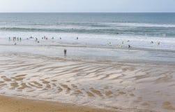 Las personas que practica surf en el Océano Atlántico varan en el Lacanau-océano, Burdeos, Foto de archivo libre de regalías