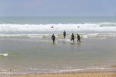 Las personas que practica surf en el Océano Atlántico varan en el Lacanau-océano, Burdeos, Foto de archivo
