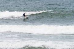 Las personas que practica surf en la acción en el Brava varan en Florianopolis, Imagenes de archivo