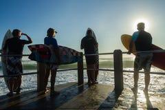 Las personas que practica surf saltan el océano Foto de archivo libre de regalías