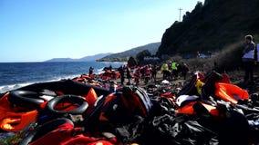Las pertenencia y los chalecos salvavidas abandonados en el Lesvos apuntalan