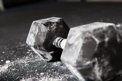 Las pesas de gimnasia barran en gimnasio Foto de archivo