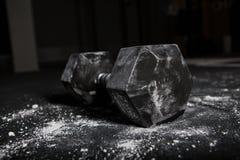Las pesas de gimnasia barran en gimnasio Fotografía de archivo