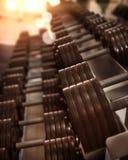 Las pesas de gimnasia están en un gimnasio, primer fotografía de archivo