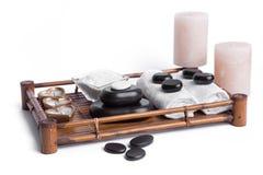 Las piedras aisladas del masaje fijaron con las velas, la sal y las toallas Imagen de archivo libre de regalías