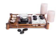 Las piedras aisladas del masaje fijaron con las velas, la sal y las toallas Imagen de archivo