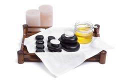 las piedras del masaje fijaron con las velas, oli y las toallas Imagenes de archivo