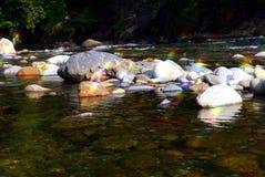 Las piedras del río del agua fluyen las vacaciones de verano del poder Imagen de archivo