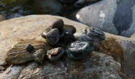 Las piedras del río del agua fluyen las vacaciones de verano del poder Fotografía de archivo libre de regalías
