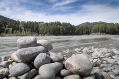 Las piedras en la orilla del río Imagen de archivo libre de regalías
