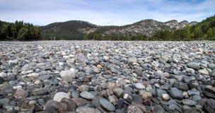 Las piedras en la orilla del río Fotos de archivo libres de regalías