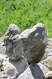 Las piedras equilibradas acercan a la montaña del Cáucaso Fotos de archivo libres de regalías