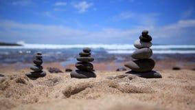 Las piedras equilibran en la playa del vintage, verano inspirado Paisaje pintoresco del mar Tenerife Océano Ondas del mar Playa almacen de metraje de vídeo