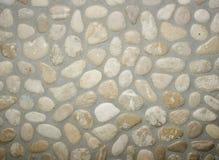 Las piedras fijaron en una pared con el cemento Fotografía de archivo