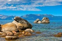 Las piedras grandes en el agua en el lago Tahoe imágenes de archivo libres de regalías