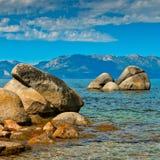 Las piedras grandes en el agua en el lago Tahoe fotografía de archivo