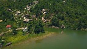 Las piedras grandes en el pie ponen verde paisaje de la montaña y de la antena del lago Camino de la opinión del abejón a lo larg almacen de metraje de vídeo