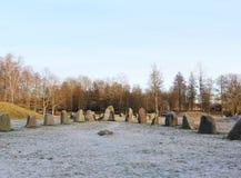 Las piedras grandes que se colocan en el campo de nieve en invierno Imágenes de archivo libres de regalías