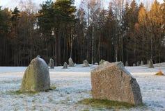 Las piedras grandes que se colocan en el campo de nieve en invierno Imagen de archivo